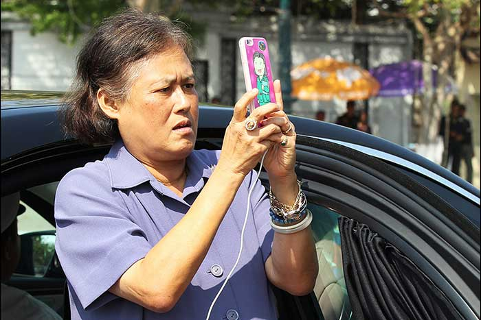 epa05176154 Thai Princess Maha Chakri Sirindhorn takes the pictures as she attends a wreath-laying ceremony at the Independence Monument in Phnom Penh, Cambodia, 23 February 2016. The Thai Princess is on an official visit to Cambodia to tighten ties and cooperation between the two countries. EPA/MAK REMISSA