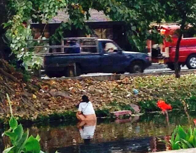 chinese-tourist-in-chiang-mai-taking-a-dump-in-the-moat1