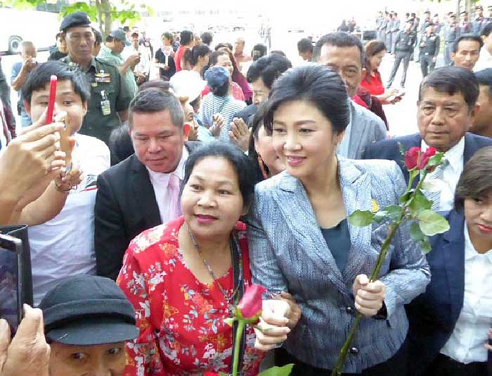 Yingluck-Followd-by-Soldiers
