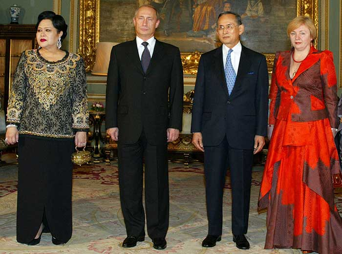 22 October 2003: Russian President Vladimir Putinand his wife Lyudmila pose with Thai King Bhumibol Adulyadej and Queen Sirikit at the Grand Palace in Bangkok