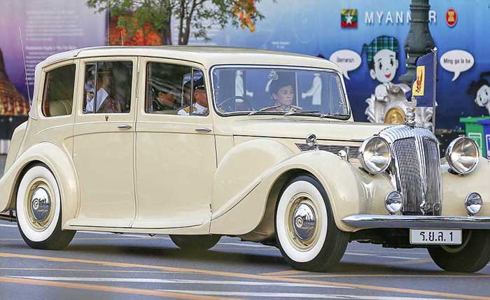 thailands-crown-prince-pictured-arriving-at-the-grand-palace-in-bangkok-suthida-in-the-front-seat