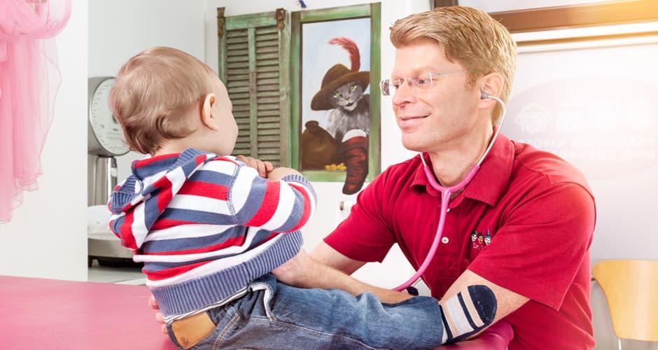 Foto einer Kinderarzt-Untersuchung von zweckdesign