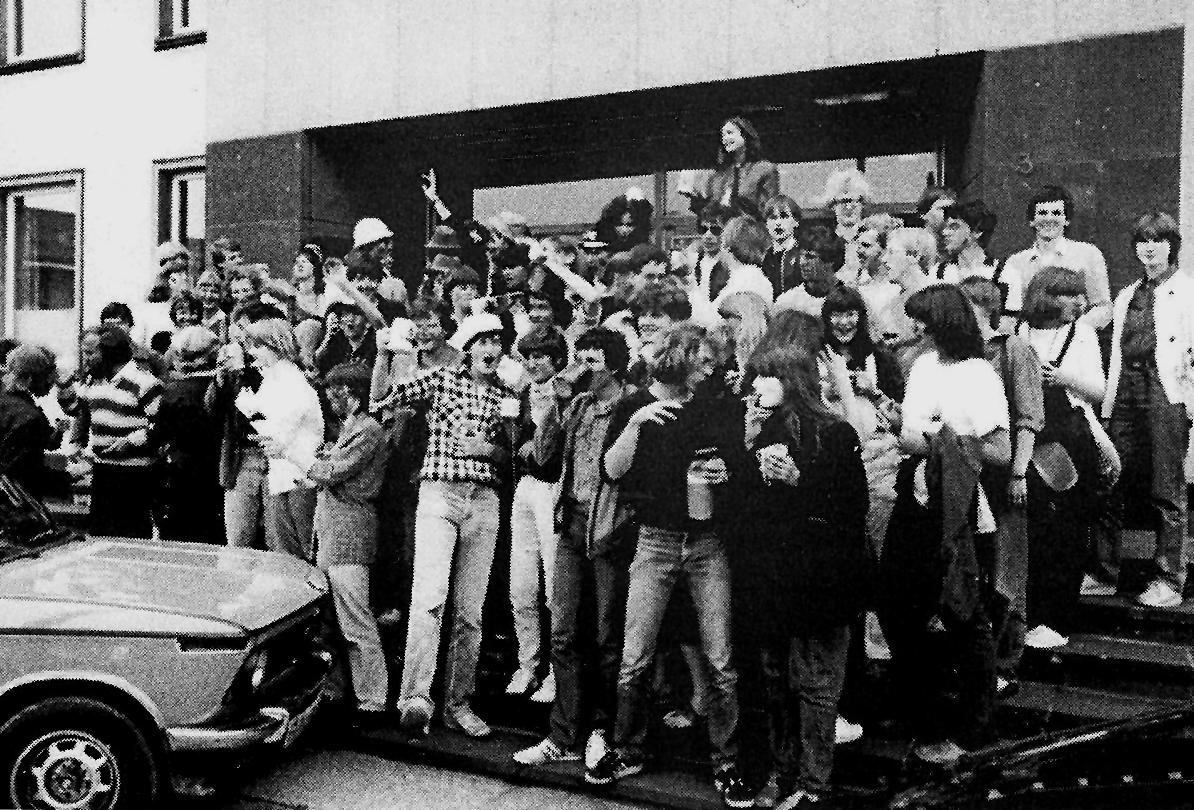 Der Abijahrgang 1982 startet zum Fest-(Besäufnis)-Umzug.