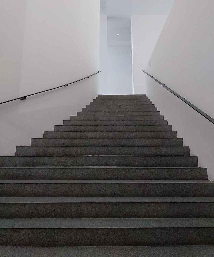 Foto 06/20: Abgründig - Treppe in den (aus dem) Keller der Neuen Pinakothek München