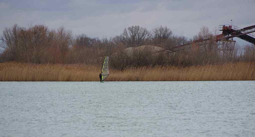 Surver auf dem Wasser im Februar