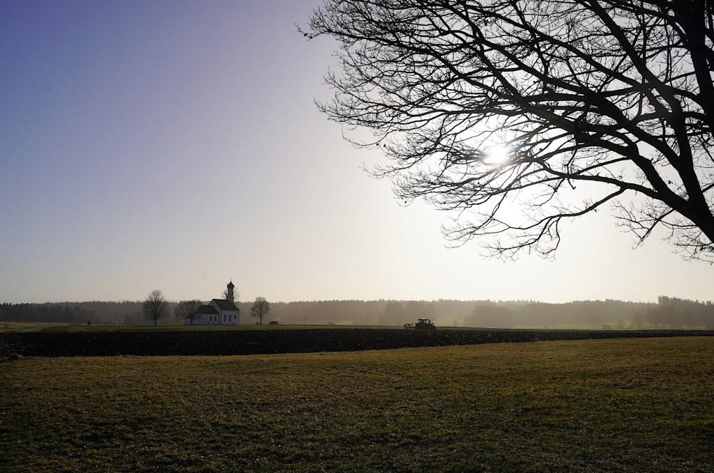 Raisting - Landschaft mit Kapelle