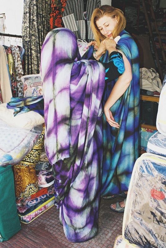 Kobiety na południu Maroka owijają się przepięknie barwionymi tkaninami...