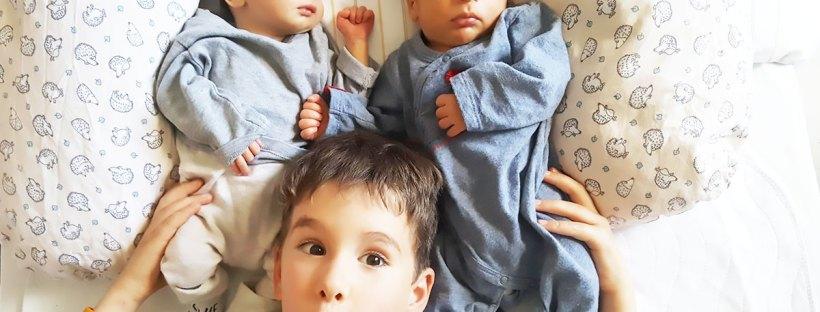 Auf dem Foto siehst du die Zwillingsbrüder Carlo & Jure mit ihrem großen Bruder. Geburtsbericht Spontangeburt Zwillinge