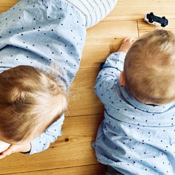 zweieiige Zwillinge buben spielen Auto.