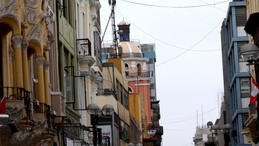 Bunte Fassaden vor trister Kulisse: Das Stadtzentrum von Lima.