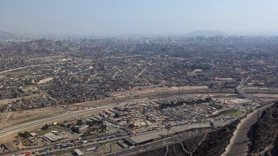 Autokolonnen ziehen sich wie metallische Schlangen durch Limas staubige Straßen.