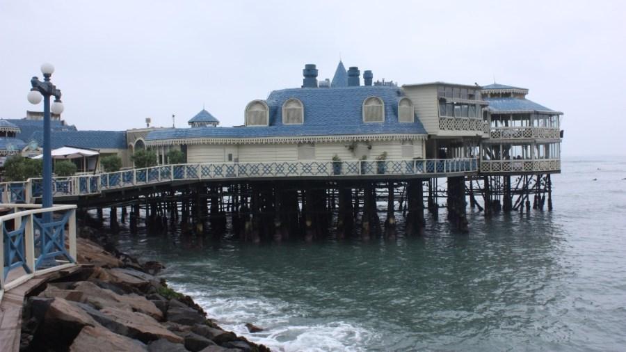 """Grau trifft Blau: die Pazifikküste in Lima, auch die """"grüne Küste"""" genannt."""