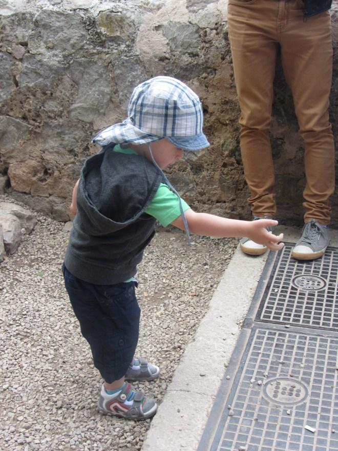 Herr Sohn fand den Bodenbelag jedoch interessanter...