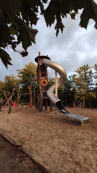 Der Spielplatz ist wirklich toll und wirkt noch sehr neu.