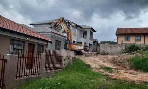 Drama as Kamagugu Nelspruit BLESSER destroys house he built for SA girlfriend after she cheats…VIDEO