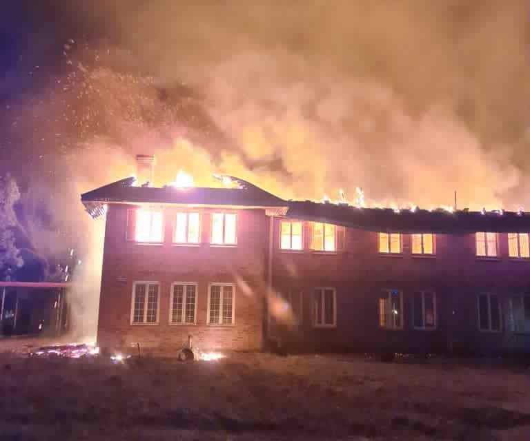 BREAKING NEWS: Mpilo Hospital Drs housing complex gutted by fire..PICTURES, VIDEO