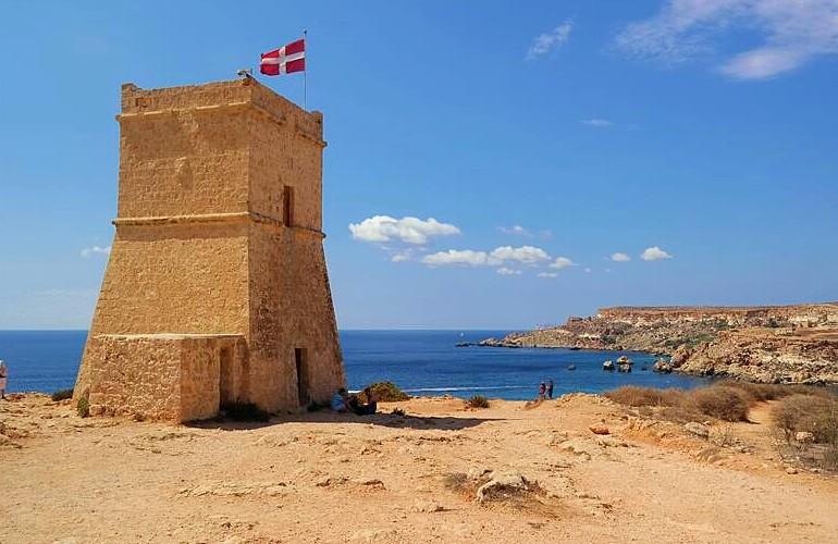 Wieża z panoramą na Golden Bay, Malta