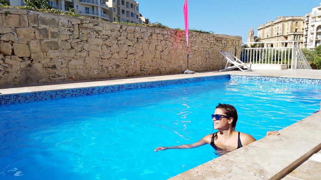 Inhavi Boutique Hostel St Julian Malta gdzie nocowac na malcie blog basen