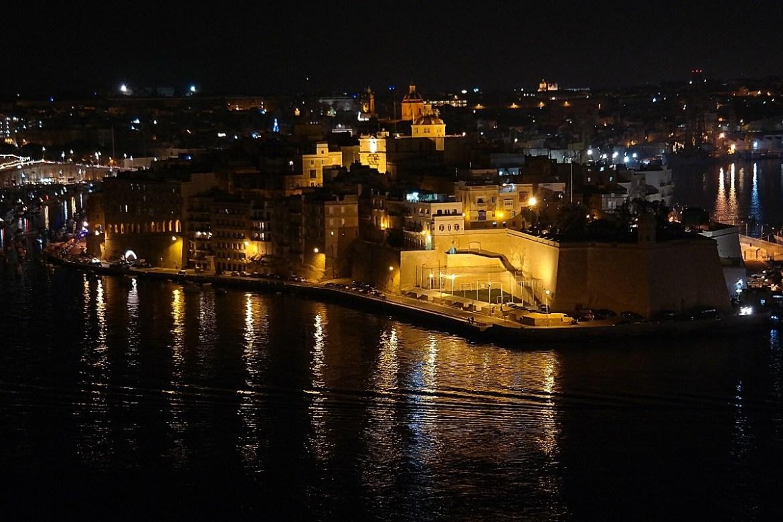 Widok z górnych ogrodów Barrakka w Vallettcie nocą