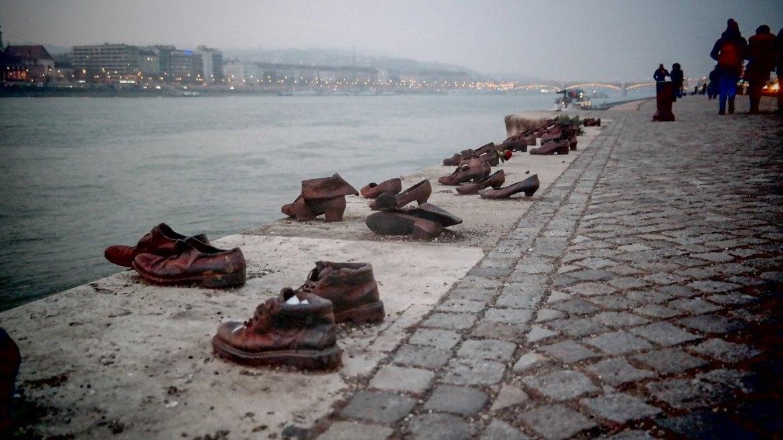 Budapeszt parlament co zobaczyć w budapeszcie budapeszt na weekend buty rzeźba