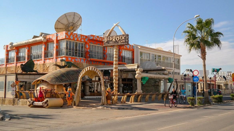 Bed rock flinstones bar cypr Ayia Napa co zwiedzic i zobaczyć na cyprze blog