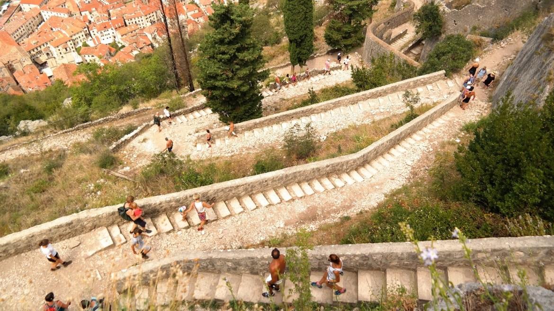 Trasa na zamek Kotor wejście na zamek Zatoka kotorska czarnogóra