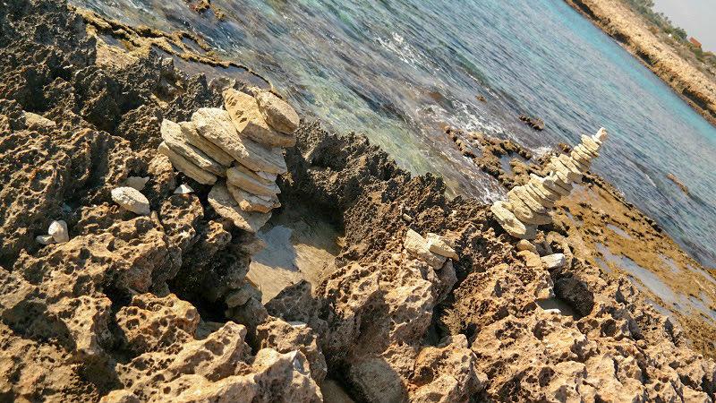 Plaża-kamienie-woda-aya-napa-cypr-co-zwiedzić-blog