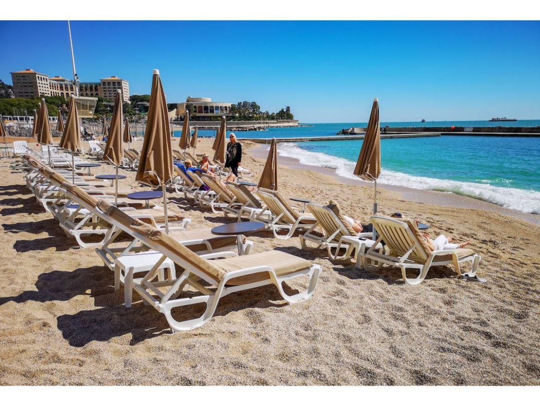 Monako co zwiedzić i zobaczyć w Monako monaco Larvotto plaża leżaki morze leżaki parasole