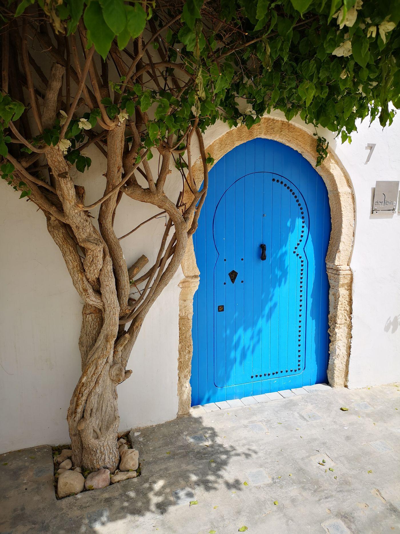 Djerbahood drzwi djerba tunezja niebieskie uliczki