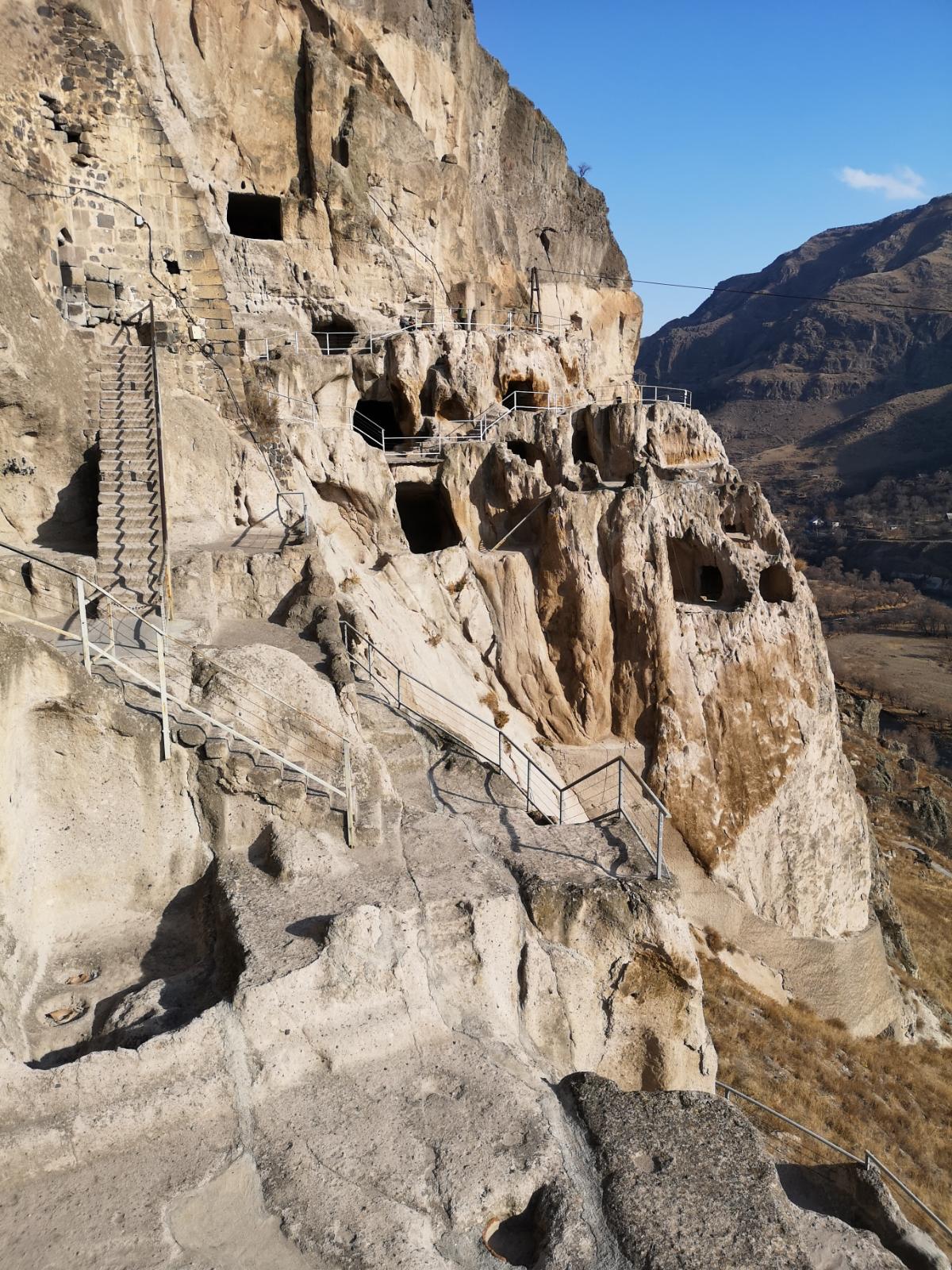 klasztor wardzia vardzia gruzja skalne miasto panorama jak dojechać jaskinie georgia jak dojechać
