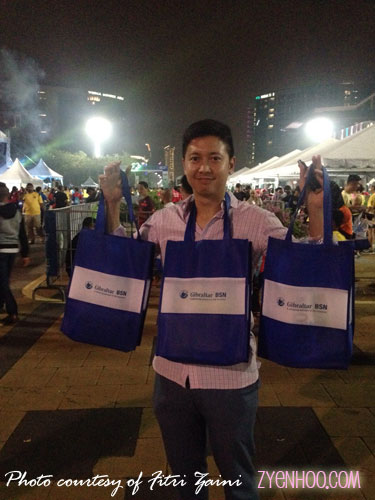 Oppy's husband Zaid had to be our coolie for the night to carry the bags... hehehehe