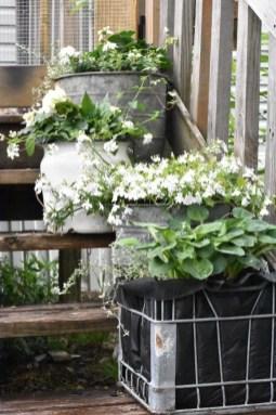 Elegant Farmhouse Garden Décor Ideas 08
