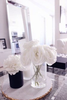 Relaxing Black And White Apartment Décor Ideas 41
