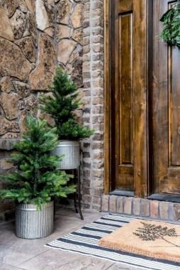Lovely Farmhouse Christmas Porch Decor And Design Ideas 09