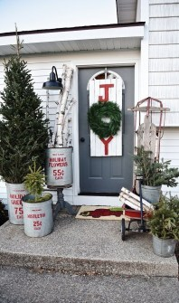 Lovely Farmhouse Christmas Porch Decor And Design Ideas 14