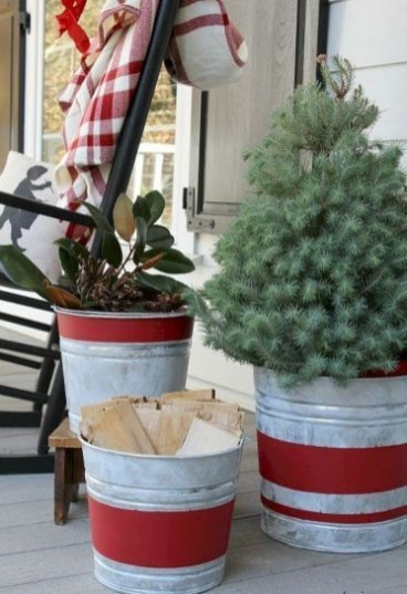 Lovely Farmhouse Christmas Porch Decor And Design Ideas 26