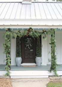 Lovely Farmhouse Christmas Porch Decor And Design Ideas 35