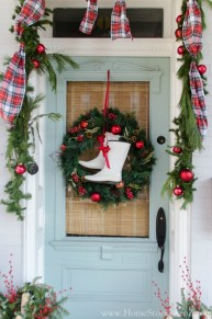 Lovely Farmhouse Christmas Porch Decor And Design Ideas 36