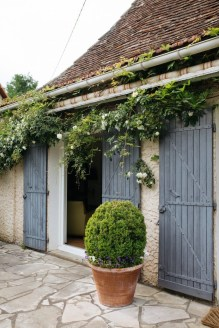 Brilliant French Country Garden Décor Ideas26