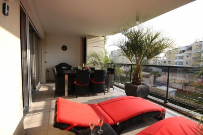 Inspiring Wooden Floor Design Ideas On Balcony For Your Apartment 19