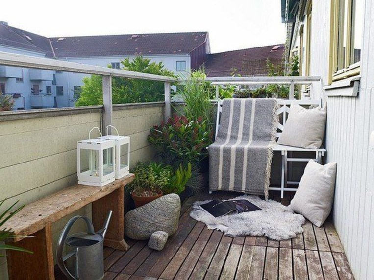 Inspiring Wooden Floor Design Ideas On Balcony For Your Apartment 46