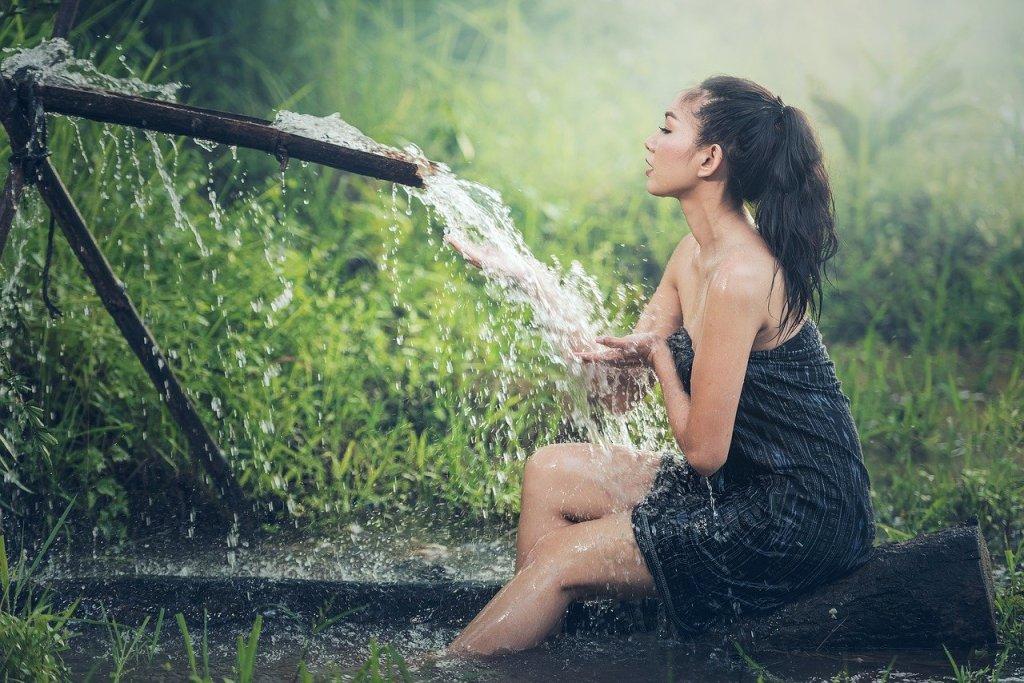 El agua es un componente esencial para la vida. El cuerpo humano está compuesto por un 65% de agua.