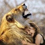 Niña abrazada a un león