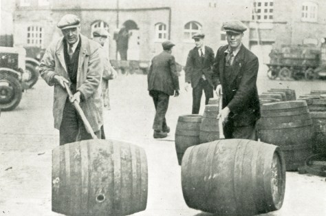 Rolling barrels in the Mortlake brewery yard 1932