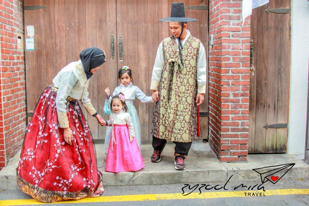 Zyzool, Mira, Ayra dan Afya di Bukchon Hanok Village, Seoul